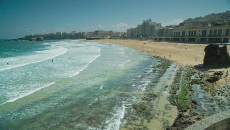 冲击海岸的海浪