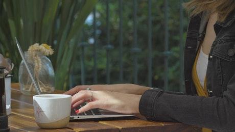 咖啡店里打字办公的女人