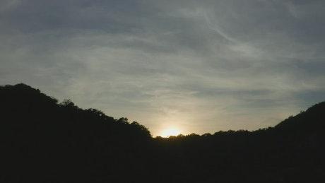 森林覆盖海岸线上空得日落