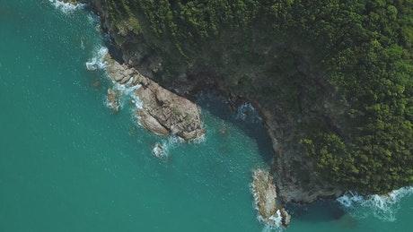 晴天下航拍多岩石的半岛