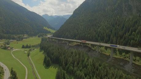 山间高速公路上行驶得汽车