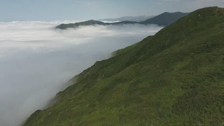 环绕高山得云层